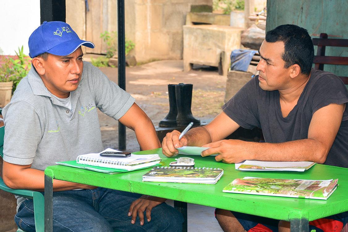 Nicaragua_Ideal_Technician-Speaking-To-Farmer_Photo-By-Stefan-Schaefli_Dsc_1727