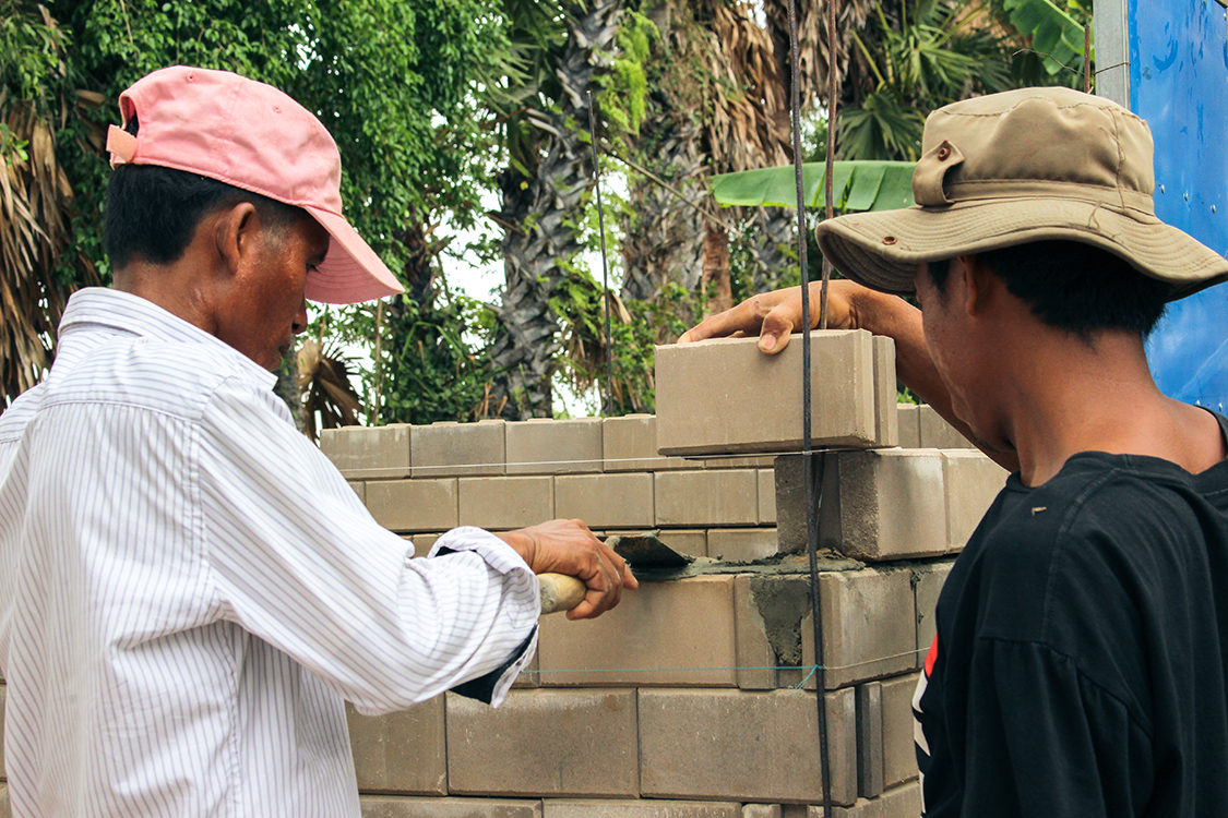 3134 20150522 Cambodia Installing Latrine Shelter Smsu Ide Interlock Shelter 461